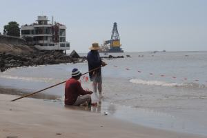 Artisan fishermen and oil rigs, Vung tau